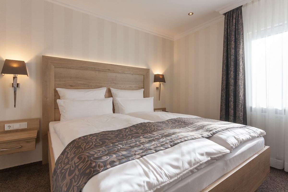 Bett - 2 Raum Appartement mit Balkon - Hotel Fürst von Waldeck