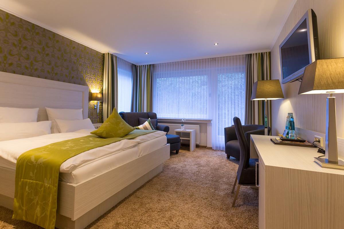 Sessel und Bett - Komfort Doppelzimmer Superior - Hotel Fürst von Waldeck